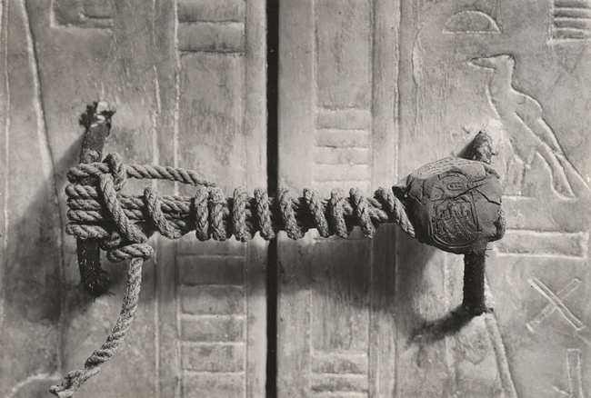 The_unbroken_seal_on_Tutankhamun's_tomb,_1922